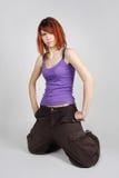 Meisje dat in heup-hop kleren op knieën zit Stock Foto