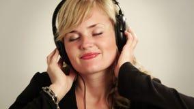 Meisje dat in hoofdtelefoons luistert stock video