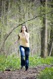 Meisje dat in hout loopt royalty-vrije stock foto