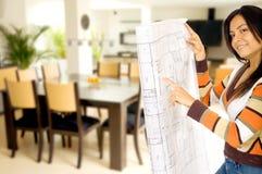 Meisje dat huis opknapt Stock Foto