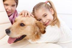 Meisje dat huisdierenhond het glimlachen koestert stock afbeeldingen