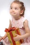 Meisje dat Kerstmis huidig houdt royalty-vrije stock afbeeldingen