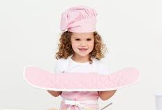 Meisje dat keukenhandschoenen draagt Stock Foto
