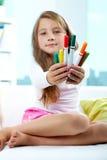 Meisje dat kleurpotloden geeft stock afbeelding