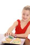 Meisje dat koekjes verfraait royalty-vrije stock foto's