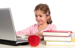 Meisje dat laptop met behulp van stock foto
