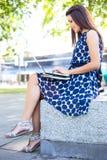 Meisje dat laptop met behulp van stock afbeeldingen