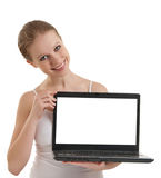 Meisje dat laptop met het lege ruimtescherm toont royalty-vrije stock foto's