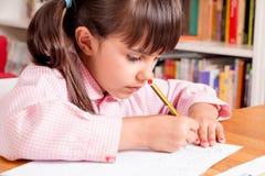 Meisje dat leert te schrijven royalty-vrije stock afbeeldingen