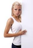 Meisje dat lege witte raad toont Royalty-vrije Stock Fotografie