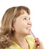 Meisje dat lippenstift over wit toepast stock fotografie