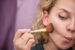 Meisje dat make-up doet stock afbeelding