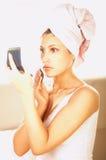 Meisje dat make-up doet Royalty-vrije Stock Afbeelding