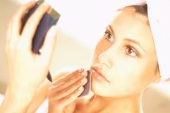 Meisje dat make-up doet Royalty-vrije Stock Foto's