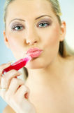 Meisje dat make-up doet stock foto