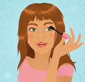 Meisje dat mascara toepast Stock Afbeeldingen