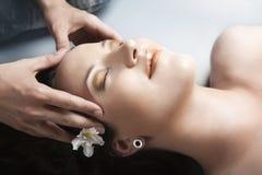 Meisje dat massage in kuuroord heeft Stock Afbeeldingen