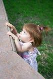 Meisje dat merkwaardig kijkt Stock Foto's