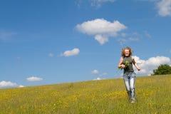 Meisje dat met bloemen loopt Stock Afbeeldingen