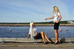 Meisje dat met een ander meisje debatteert Stock Foto
