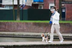 Meisje dat met een hond loopt Stock Foto