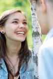 Meisje dat met een jongen bij het park flirt Royalty-vrije Stock Foto's