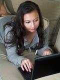 Meisje dat met een overlappingsbovenkant doorbladert Stock Afbeeldingen