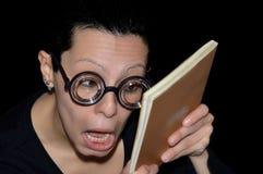 Meisje dat met glazen een boek leest Royalty-vrije Stock Fotografie