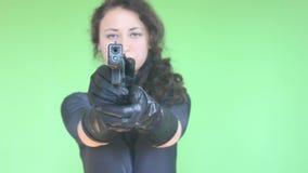 Meisje dat met kanon schiet stock footage