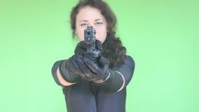 Meisje dat met kanon schiet stock video