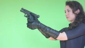 Meisje dat met kanon schiet stock videobeelden