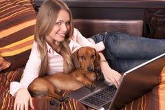 Meisje dat met laptop werkt Royalty-vrije Stock Afbeeldingen