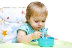 Meisje dat met lepel eet Stock Foto's