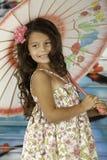 Meisje dat met paraplu glimlacht Stock Foto's