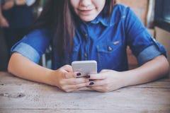 Meisje dat mobiele telefoon met behulp van Royalty-vrije Stock Foto