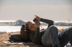 Meisje dat mobiele telefoon met behulp van royalty-vrije stock fotografie