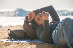 Meisje dat mobiele telefoon met behulp van stock foto