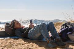 Meisje dat mobiele telefoon met behulp van royalty-vrije stock afbeelding