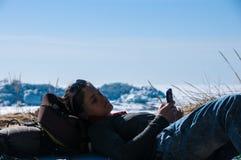 Meisje dat mobiele telefoon met behulp van royalty-vrije stock afbeeldingen
