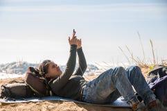 Meisje dat mobiele telefoon met behulp van stock foto's