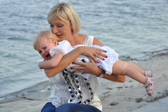 Meisje dat in moeder`s handen schreeuwt Royalty-vrije Stock Foto's