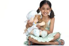Meisje dat mooie pop houdt Royalty-vrije Stock Afbeeldingen