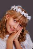 Meisje dat naar de eerste heilige kerkgemeenschap gaat Stock Foto's