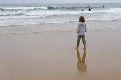 Meisje dat oceaan bekijkt Stock Fotografie