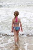 Meisje dat in Oceaan loopt stock afbeelding