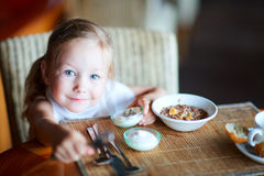 Meisje dat ontbijt heeft royalty-vrije stock foto's