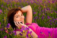 Meisje dat op cellphone spreekt Royalty-vrije Stock Afbeelding