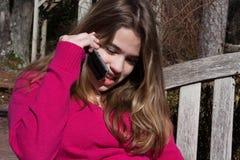 Meisje dat op celtelefoon spreekt Stock Afbeelding