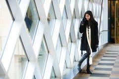 Meisje dat op celtelefoon spreekt Royalty-vrije Stock Foto