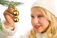 Meisje dat op Christmasdecoration let royalty-vrije stock afbeeldingen